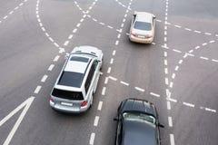 在汽车交叉点的汽车 免版税库存照片