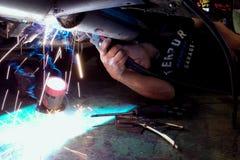 在汽车修理期间,焊接运作 排气系统修理 免版税库存图片