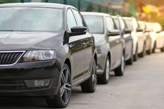 在汽车停放的新的汽车,马达经销商商店,队列的商店前面 库存照片