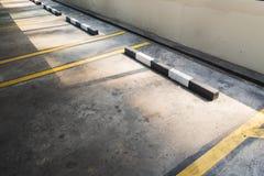 在汽车停车处地板的空的停车场 免版税库存照片