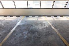 在汽车停车处地板的空的停车场 库存图片