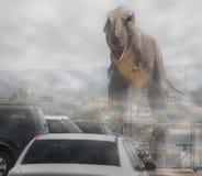 在汽车停车处的恐龙 库存照片