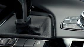 在汽车停车处的控制板, gps, eco,体育方式,传输把柄黑色汽车 股票视频