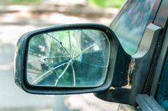 在汽车关闭的背面图边镜子的残破或被打碎的玻璃与选择聚焦 库存图片