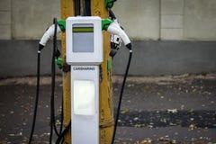 在汽车分享驻地的充电站 免版税库存照片