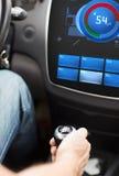 在汽车变速杆和屏幕的手有容量水平的 免版税库存图片