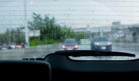在汽车后方挡风玻璃和刮水器的水滴 库存图片