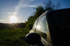 在汽车后的绿色风景 免版税库存照片