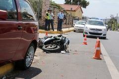 在汽车和摩托车之间的交通事故 免版税库存图片