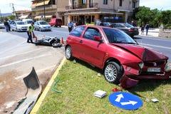 在汽车和摩托车之间的交通事故 图库摄影