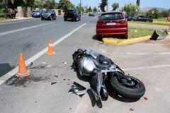 在汽车和摩托车之间的交通事故 库存图片
