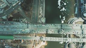 在汽车和铁路桥下看法的空中上面在冰冷的河上 股票视频