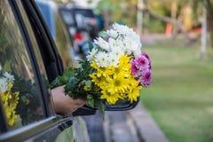 在汽车外面的五颜六色的花 库存图片