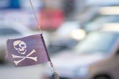 在汽车天线的海盗旗子 免版税库存照片
