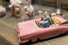 在汽车小雕象的葡萄酒猫 免版税库存图片