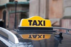 在汽车屋顶的出租汽车盖帽 库存照片