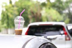 在汽车屋顶的咖啡杯 免版税库存图片