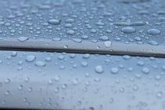 在汽车屋顶的小滴 免版税库存图片