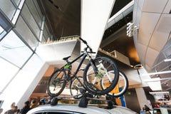 在汽车屋顶的自行车  免版税库存图片