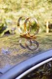 在汽车屋顶的金黄圆环 库存照片