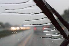 在汽车挡风玻璃抹的雨 免版税库存图片