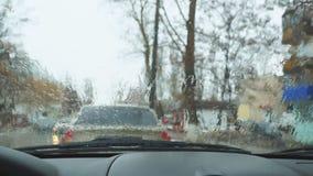 在汽车挡风玻璃的雨下落 股票视频