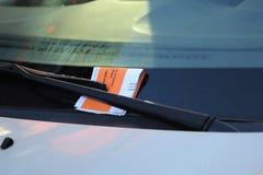 在汽车挡风玻璃的非法停车处侵害引证在纽约 免版税库存图片