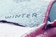 在汽车挡风玻璃写的词冬天 库存照片