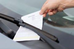 在汽车挡风玻璃的违规停车罚单 免版税库存照片