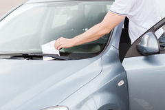 在汽车挡风玻璃的违规停车罚单 免版税库存图片
