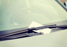 在汽车挡风玻璃的违规停车罚单 库存图片