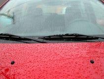 在汽车挡风玻璃的雨下落 免版税库存照片