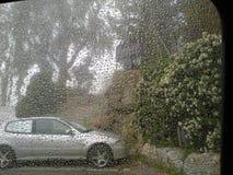 在汽车挡风玻璃的雨小滴 库存图片