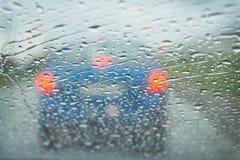 在汽车挡风玻璃的雨 免版税库存照片