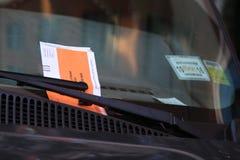 在汽车挡风玻璃的非法停车处侵害引证在纽约 免版税库存照片