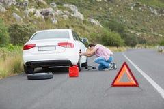 在汽车故障以后的人变速轮 免版税库存图片