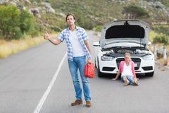 在汽车故障以后的夫妇 免版税库存图片
