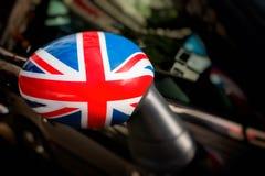 在汽车旁边镜子的英国旗子  免版税库存图片