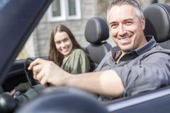 在汽车旅途上的父亲与十几岁的女儿 免版税库存照片