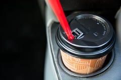 在汽车杯座里面的一次性咖啡杯 库存图片