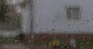 在汽车流失白天的挡风玻璃的雨珠在看法里面的 股票视频
