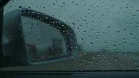 在汽车湿挡风玻璃的雨珠 股票视频