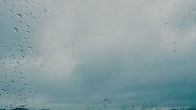 在汽车湿挡风玻璃的雨珠 影视素材