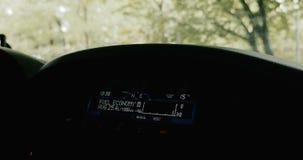 在汽车点矩阵显示的燃料经济征兆 影视素材