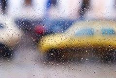 在汽车玻璃的下落 免版税库存照片