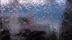 在汽车玻璃的水水滴在被弄脏的背景 股票录像