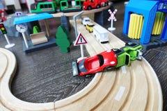 在汽车的一次事故介入的两辆汽车在木地板上巡回 免版税库存图片