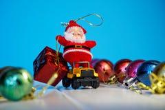 在汽车的不可思议的圣诞老人运载孩子的礼物 2019年 库存照片