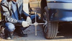 在汽车的人变速轮 免版税图库摄影