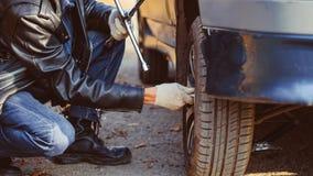 在汽车的人变速轮 免版税库存照片